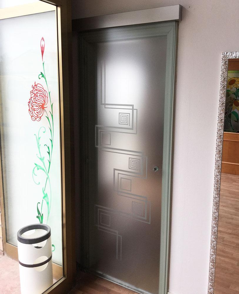 Porta in vetro con cerniere oleodinamiche PO102 – Vetrocor